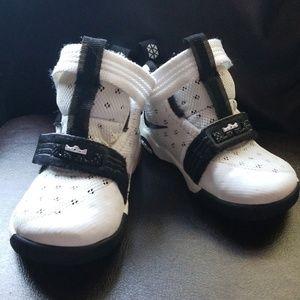 Nike toddler tenis shoes size 6c